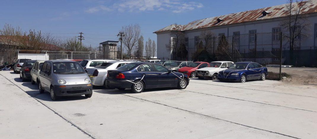 Peste 100 de locuri de parcare s-au eliberat, în Slatina. Proprietarii mașinilor abandonate, somați